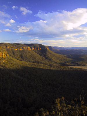 The cliffs of Narrow Neck, and the Megalong Valley, from Tuckers Lookout at Medlow Bath